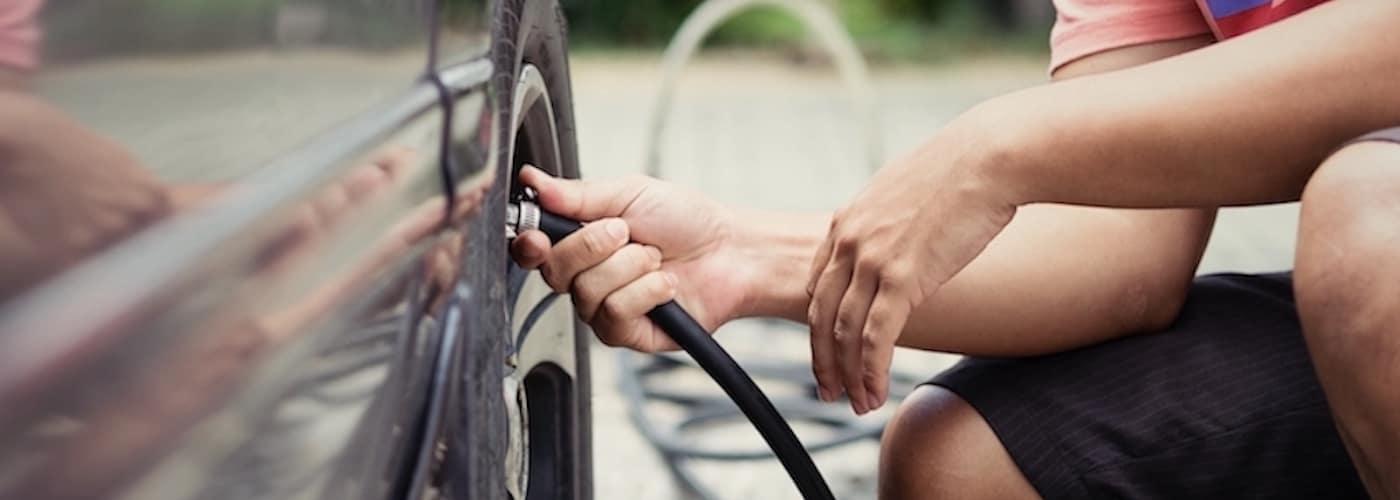 Man checking tire pressure_116767146